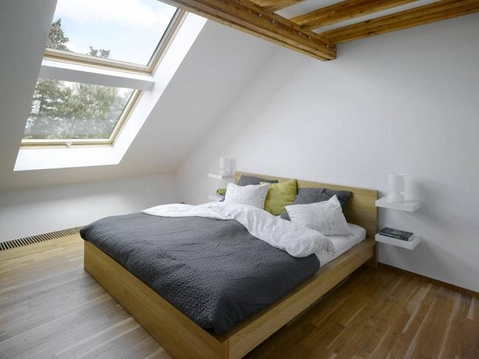 Сногсшибательная светлая и честная спальня с обворожительным мансардным окном, подарит только положительные впечатления.