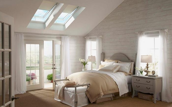 Прекрасная спальня оформлена в нежных кремовых тонах, для отдыха и приятных моментов, с симпатичными мансардными окнами.