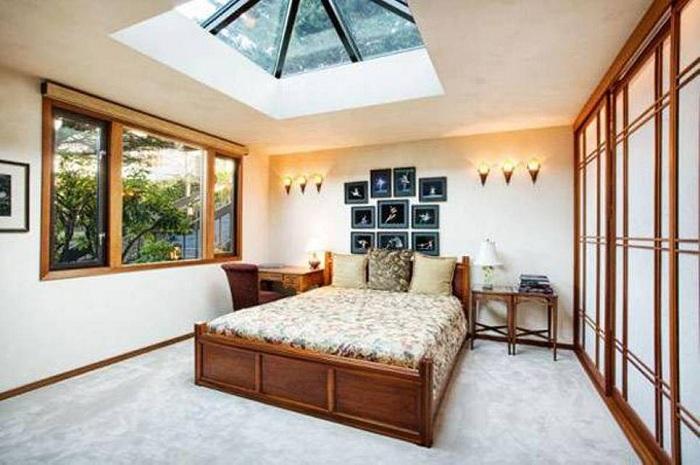 Сочетание нежной цветовой гаммы с деревянными элементами в интерьере, дополнена мансардным окном.