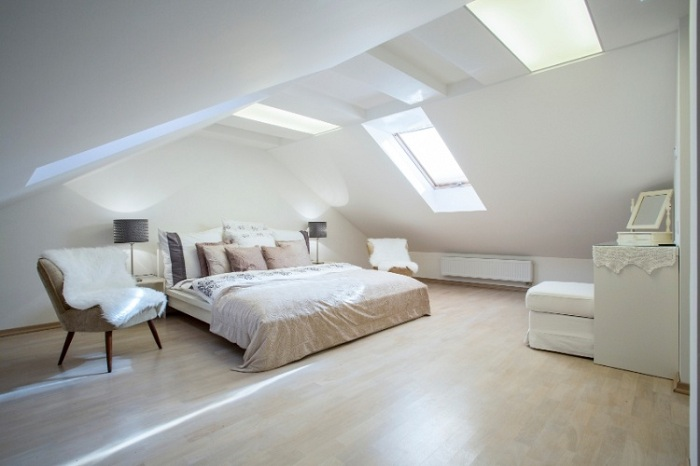 Ярко-белая комната с прекрасным белоснежным освещением, создает чистую и светлую атмосферу специально для релаксации.