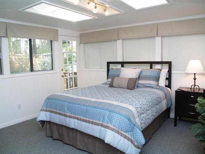 Прекрасная комната с шикарными мансардными окнами просто отлично дополняют интерьер спальни.