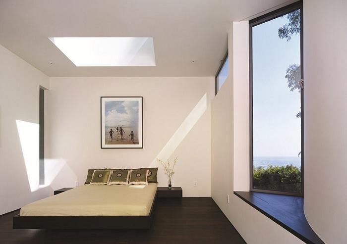Небольшая, но светлая комната с большим обычным окном и мансардным в придачу, делает освещение комнаты максимальным и это прекрасно.