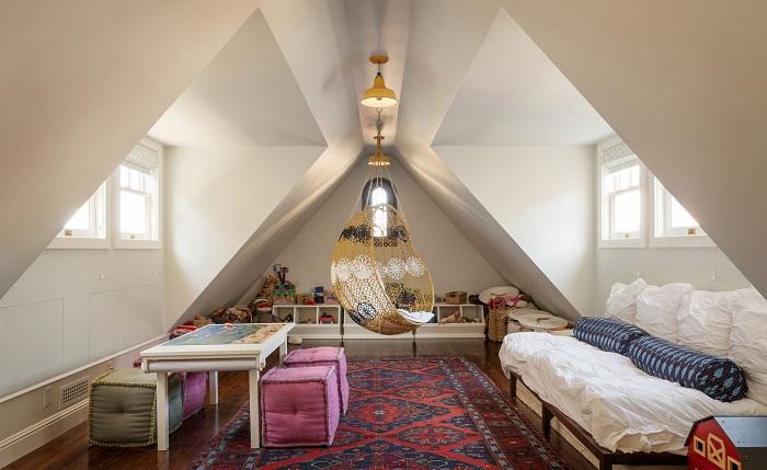 Прекрасная спальня с мансардным окном.