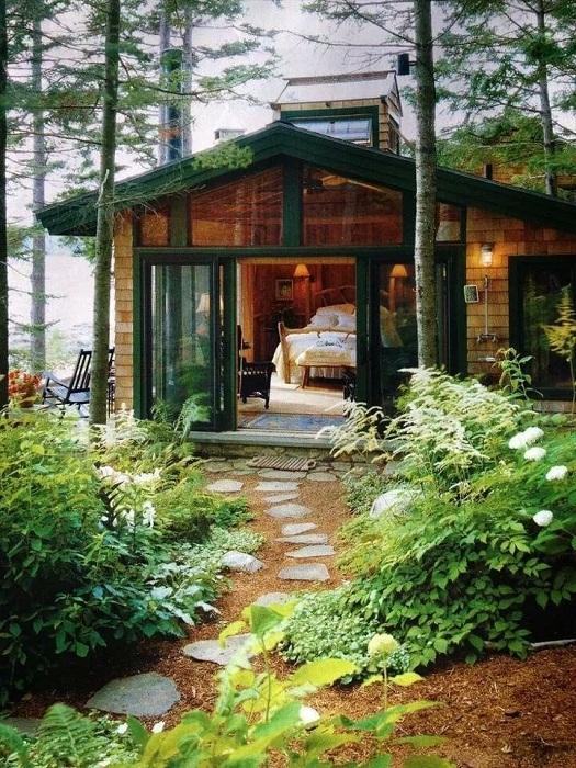 Традиционный деревянный домик расположен прямо в лесу и окружен шикарной природой.