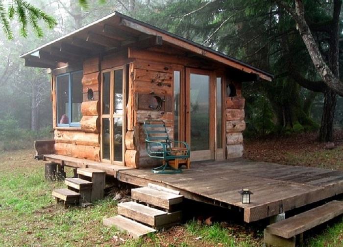 Маленький деревянный домик - укромное и прекрасное место для отдыха.