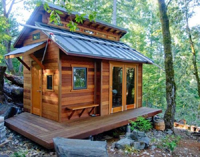 Деревянный домик из различных видов древесины. Обворожителен и необыкновенен.