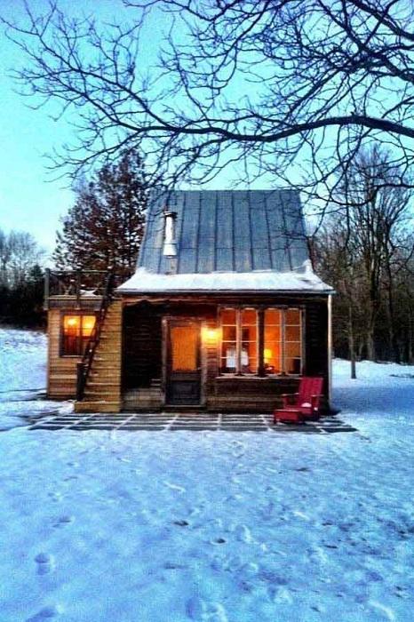 Зимняя атмосфера и уют в прекрасном домике на лесной опушке.