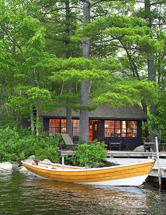 Деревянный дом на берегу с необыкновенным причалом, так и манит к себе.