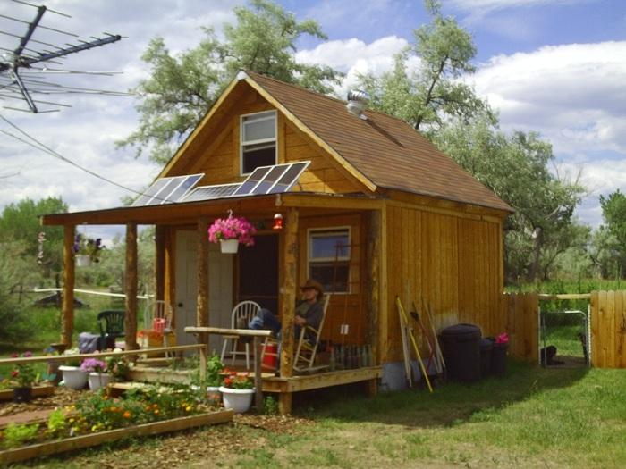 Маленькая дача с небольшим деревянным домиком.