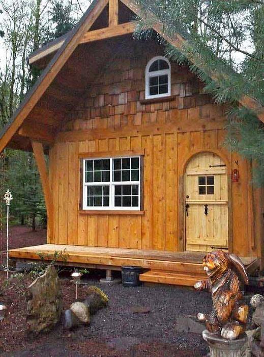 Интересный экстерьер домика в лесу очаровывает с первого взгляда.