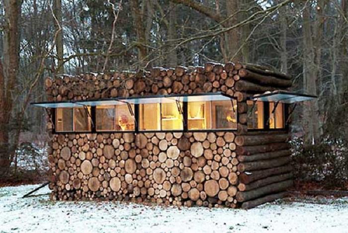 Прекрасный небольшой домик в лесу - простое прекрасное место для отдыха.