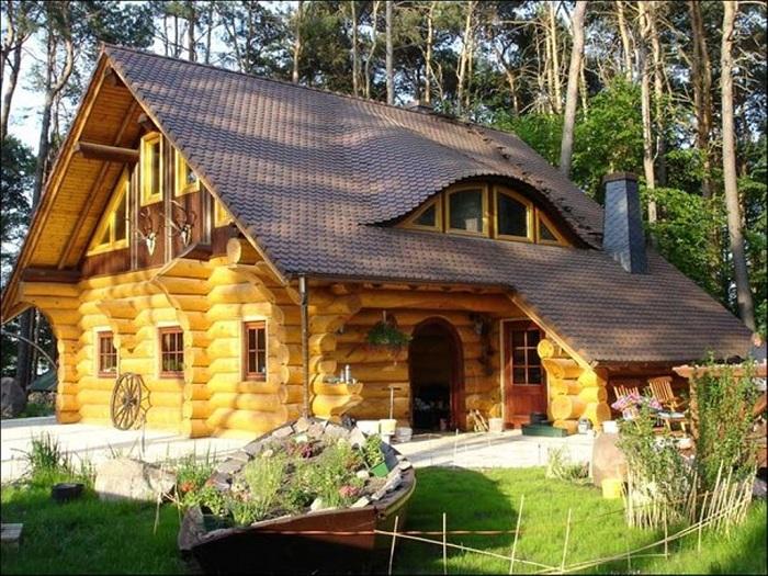 Сказочное настроение появится однозначно если пожить в таком фантастическом деревянном доме.