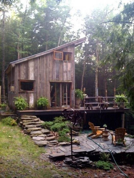 Интересный деревянный домик, который прекрасно вписывается в общую лесную атмосферу.