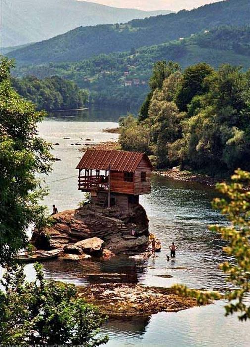 Умиротворение и спокойствие - вот какие ощущения вызывает домик у реки.