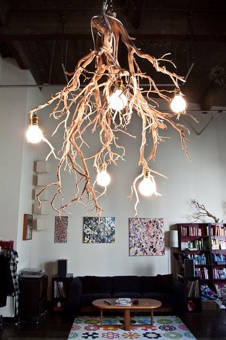Просто отличное решение создать крутой интерьер в гостиной при помощи такой оригинальной люстры в виде дерева.