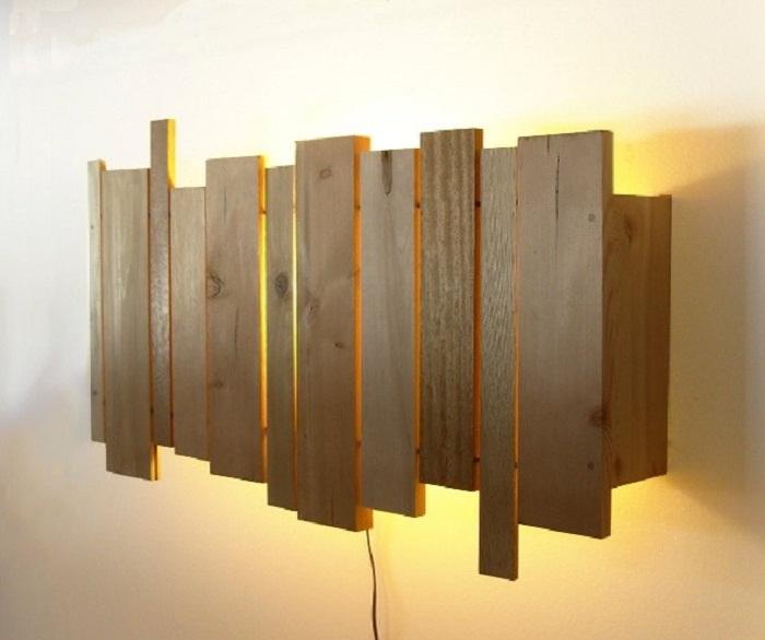 Удачное решение украсить любую стену при помощи такого классного деревянного светильника.