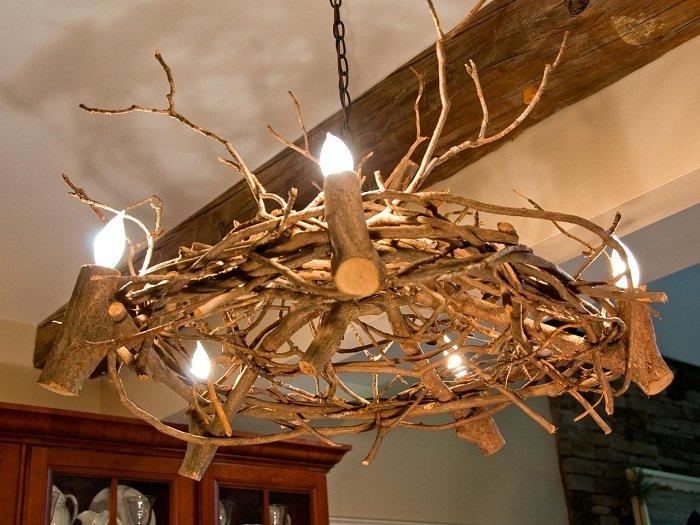 Симпатичный вариант создать просто отличную домашнюю обстановку благодаря люстре, которая выполнена из деревянных веток.