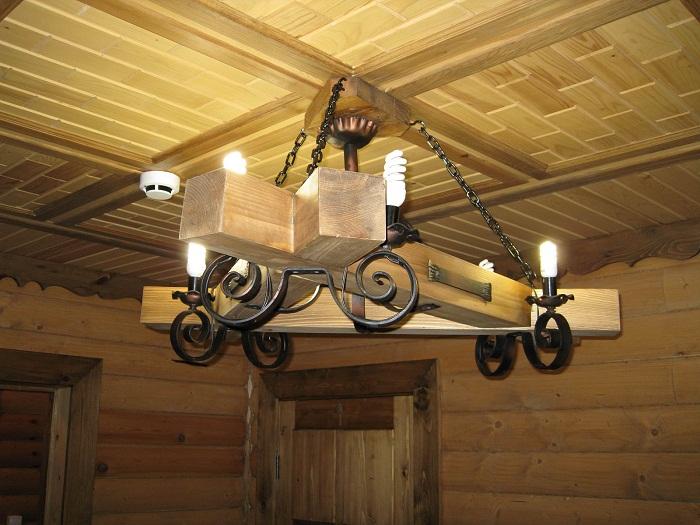 Крутое решение создать такую богатую люстру из деревянных брусьев и металлических прутьев, что точно понравится.