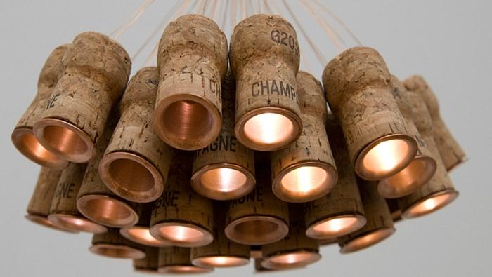 Интересное решение для оформления люстры из винных пробок, что создаст потрясающий интерьер в комнате.
