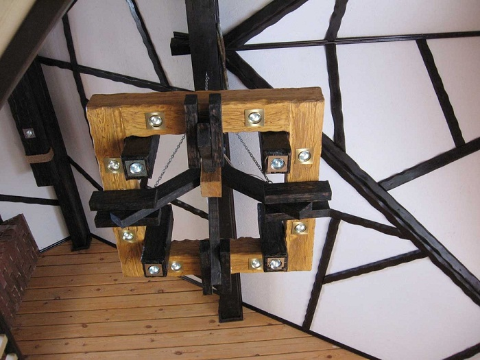 Крутое решение для создания просто отличной люстры, которая выполнена из дерева, что выглядит очень богато.