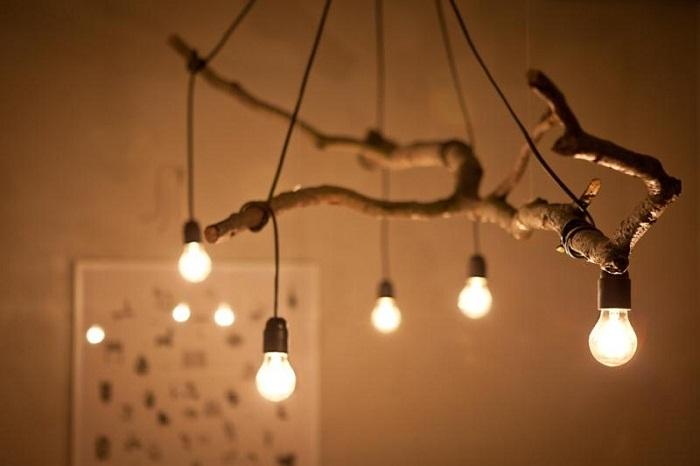 Милое, но очень крутое решение создать такую интересную люстру из ветки дерева, проводов и лампочек.