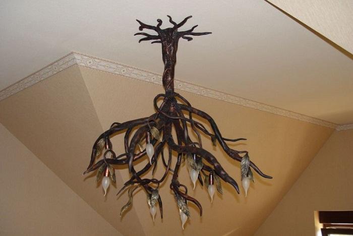 Оригинальный пример люстры, которая перевернута вниз кроной и создает просто легкое и воздушное настроение.