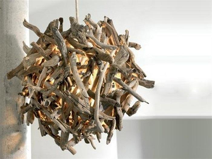 Крутой вариант создать просто отличное настроение в любой из комнат при помощи такого деревянного шара - люстры.