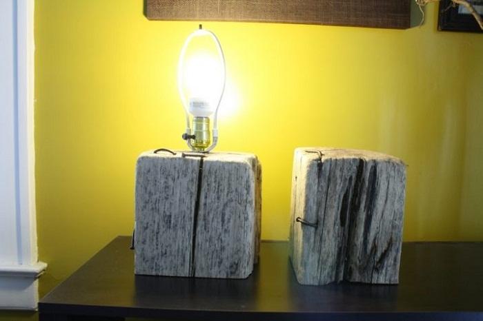 Безумно крутое решение создать такую интересную лампу, что понравится и станет просто находкой для декорирования любой из комнат.