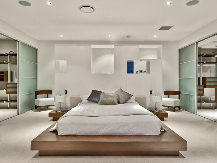 Прекрасный светлый интерьер спальной, что вдохновит нестандартной кроватью.