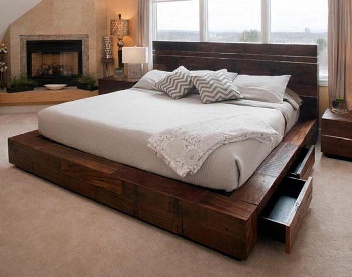 Отличный дизайн спальной с красивой и практичной кроватью на деревянной платформе.