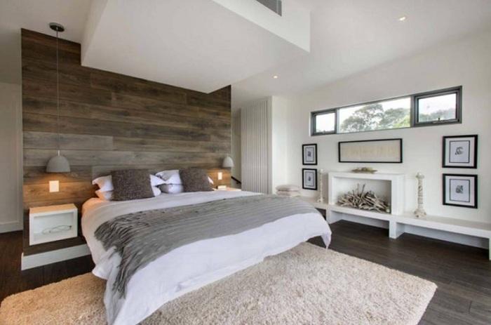 Светлый интерьер спальной преображен благодаря деревянной стене.
