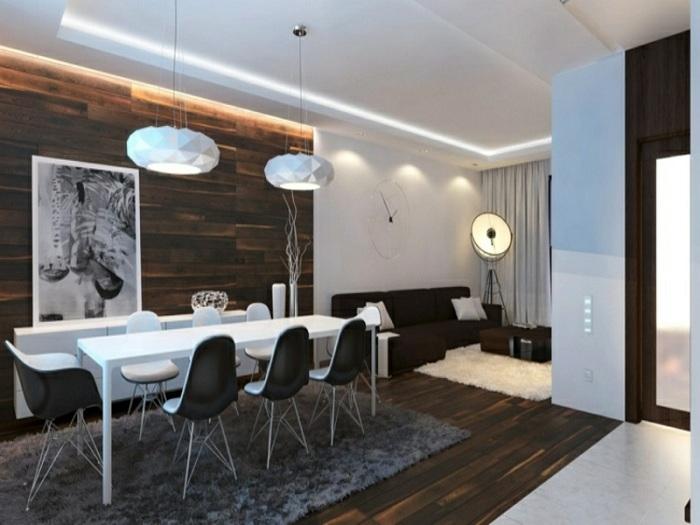 Оригинальный черно-белый интерьер облагорожен деревянной стеной.