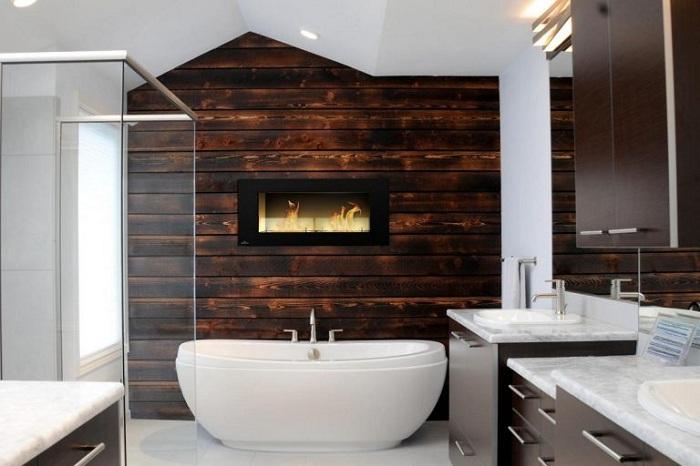 Интерьер ванной комнаты прекрасен из-за необычного дизайна стен.