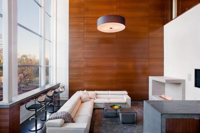 Необыкновенный дизайн гостиной станет просто шикарным благодаря деревянной стене.