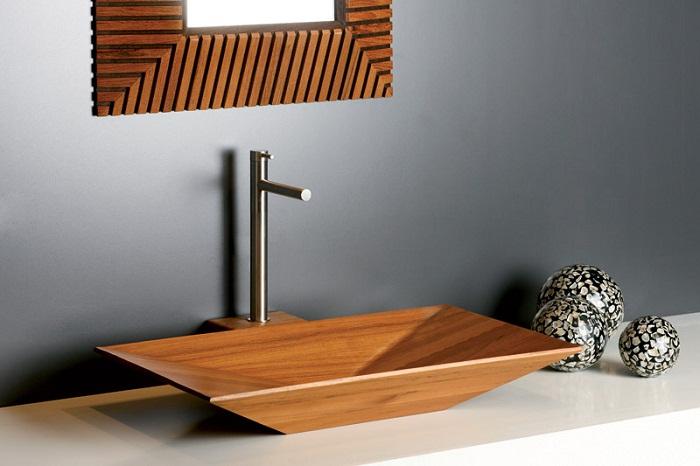 Оформление декора ванной комнаты, с помощью украшения её деревянной раковиной.