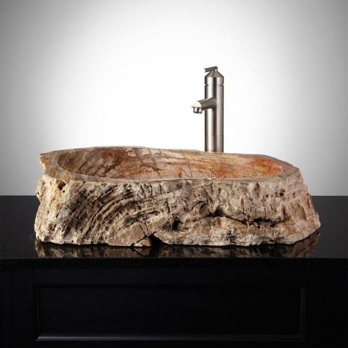 Прекрасный вариант облагородить интерьер ванной с помощью такой крутой раковины из дерева.