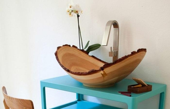 Симпатичное оформление раковины, которая выполнена в деревянных мотивах, что выглядит оригинально.