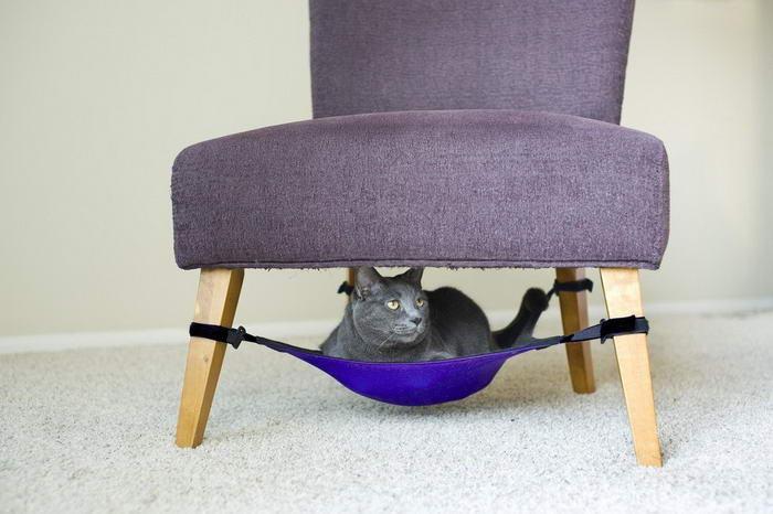Под креслом