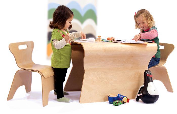 Для детской комнаты идеально подходит мебель из фанеры, имеющая плавные формы, без острых углов