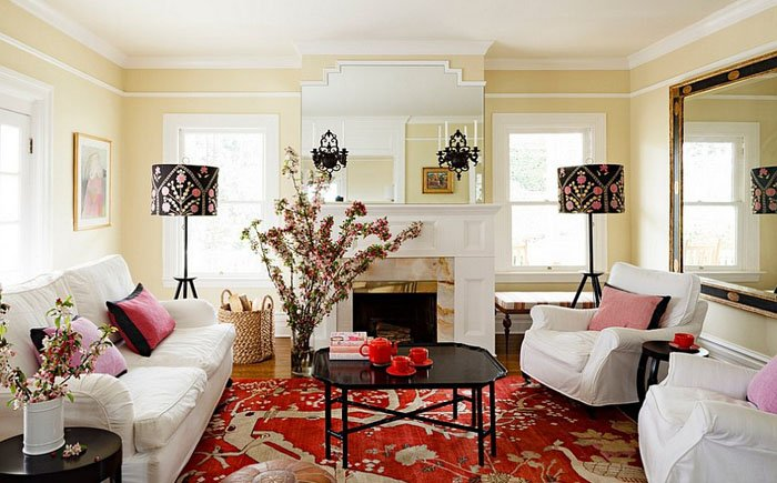 Чтобы интерьер выглядел целостно необходимо подбирать абажуры под цвет кресел, дивана, штор, пледа или покрывала.