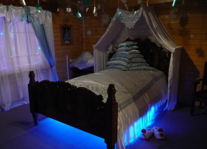 Есть в спальне ещё один секрет – в ночное время кровать здесь светится, что позволяет создать волшебную атмосферу