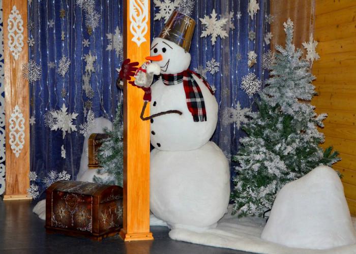 Снеговик охраняет письма,которые хранятся в сундуках