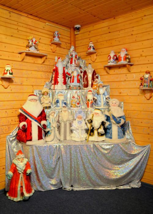 Коллекции Снегурочек и Дедов Морозов хранятся на стеллажах и подвесных полочках