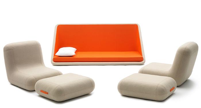 Диван в считанные секунды превращается в два кресла, пуфы и спальное место