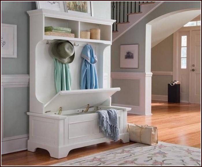 Комплект, который вмещает в себя сразу пять функциональных предметов – комод, тумбу для хранения, банкетку и вешалку