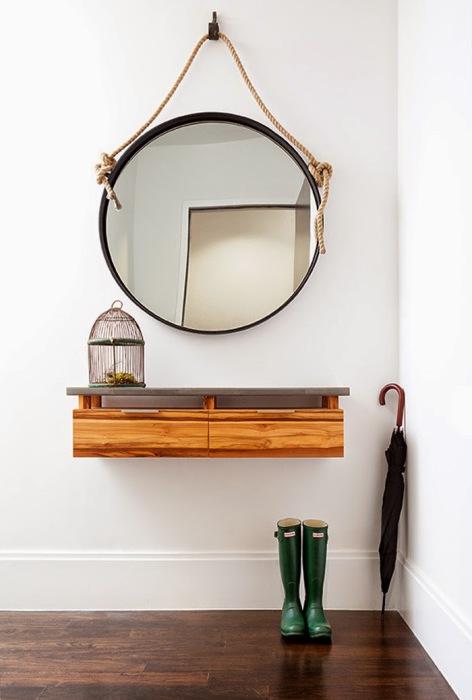Большое круглое зеркало создаст в помещение чувство объёма и дополнительной площади