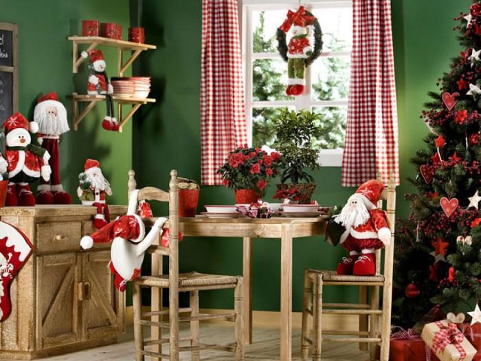 Стоит задействовать комоды,шкафы для оформления новогодней атмосферы