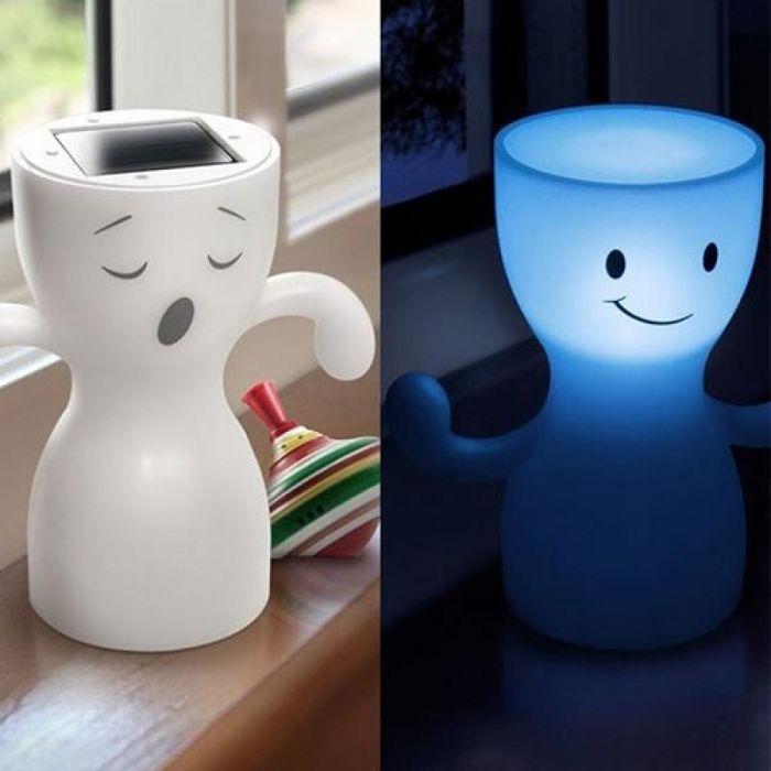 Светильник GloBoy может зевать и улыбаться