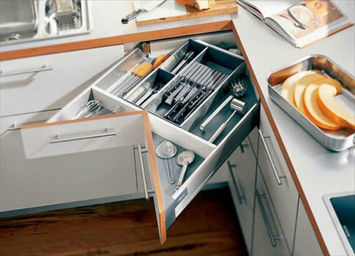 Ящик разделён на секции, где всё аккуратно сложено, и он легко выдвигается