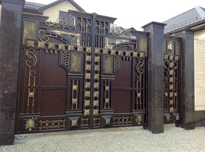 Распашные металлические ворота в стиле барокко.